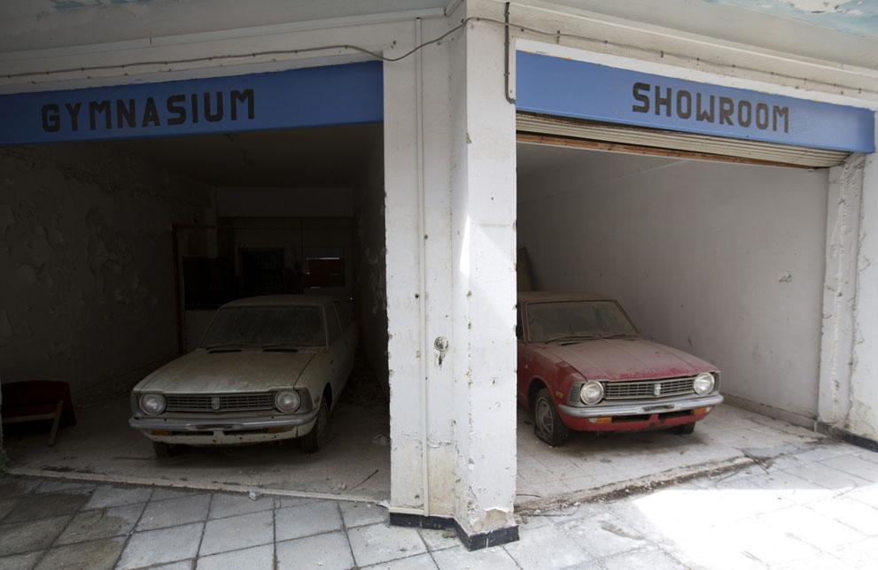 Брошенные автомобили в бывшем торговом центре в зоне отчуждения