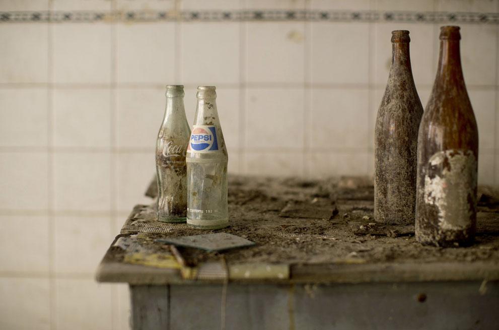 Покрытые пылью и грязью пустые бутылки