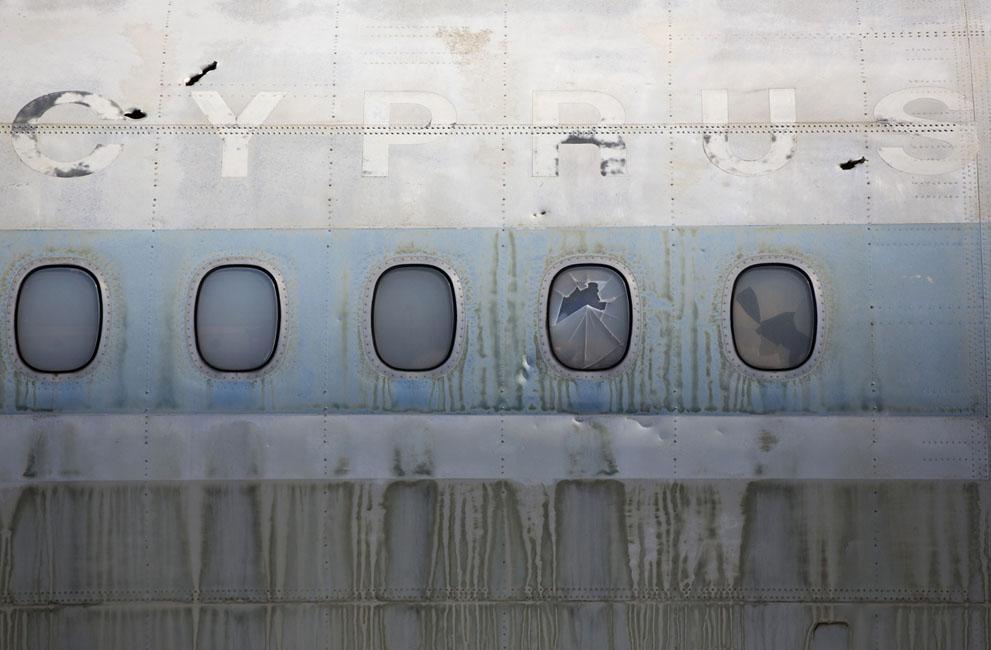 Окна заброшенного кипрского пассажирского авиалайнера