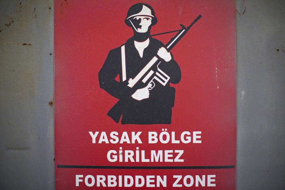 Предупредительный знак на границе запретной зоны