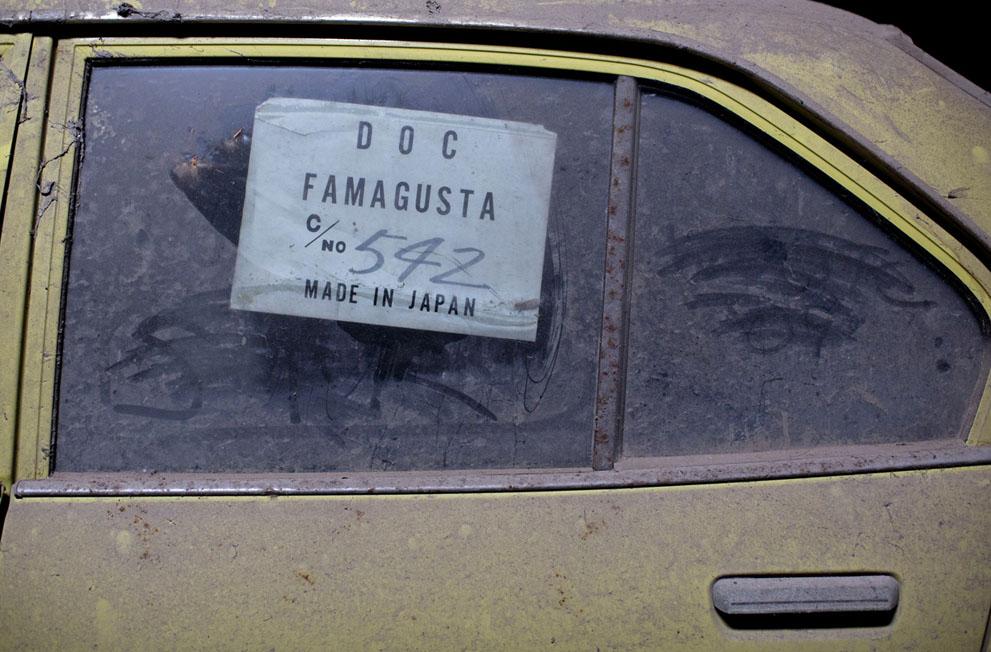 Наклейка с информацией импорта на окне брошенной машины