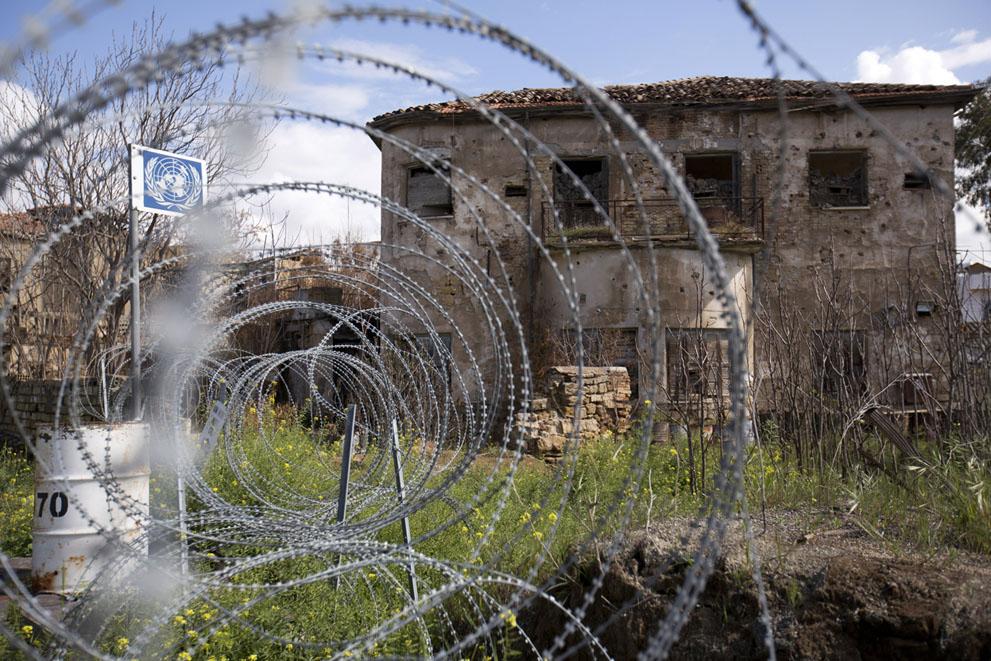 Заброшенный дом с изрешеченной пулями стеной
