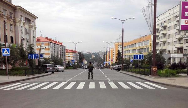 В первые дни удивляли огромные и почти пустые улицы города